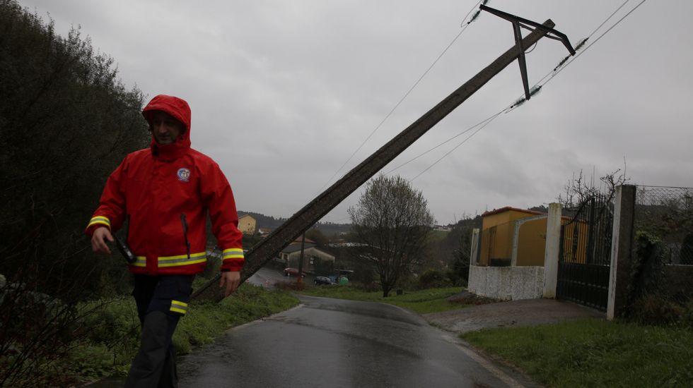 Torre de electricidad derribada en Culleredo