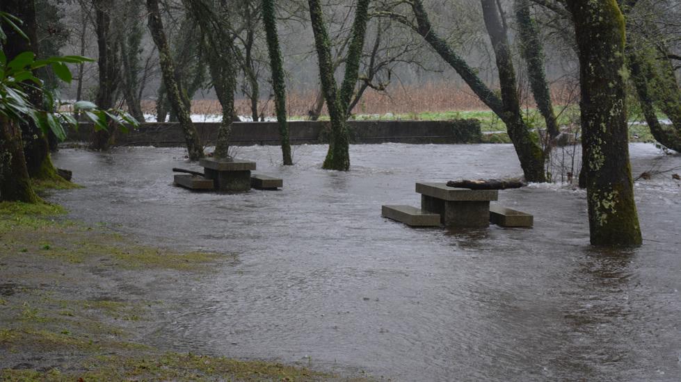 Crecida del río Barcala, en el área recreativa de Covas (Negreira)