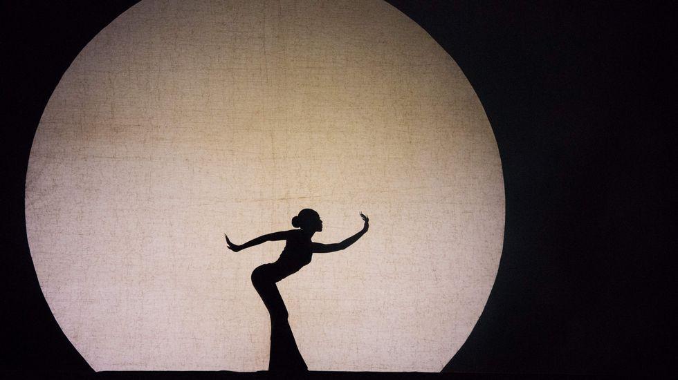 Una bailarina china realizando el baile «Espíritu del pavo real» en la provincia de Yunnan