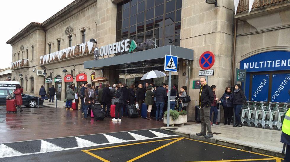 Espera en la estación de tren de Ourense tras el desprendimiento ocurrido en A Gudiña sobre las vías del tren.