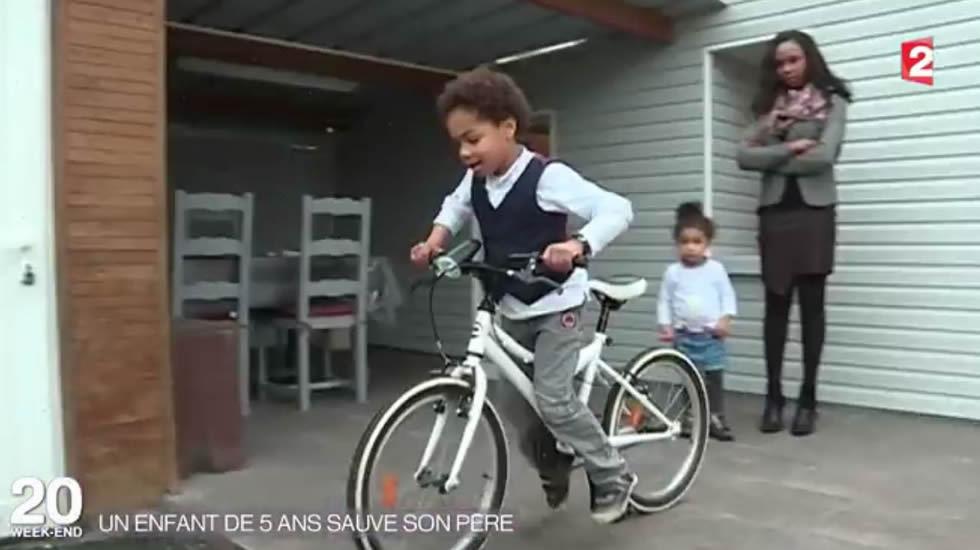 Imagen de televisión del niño, con la bicicleta con la que acudió a buscar ayuda