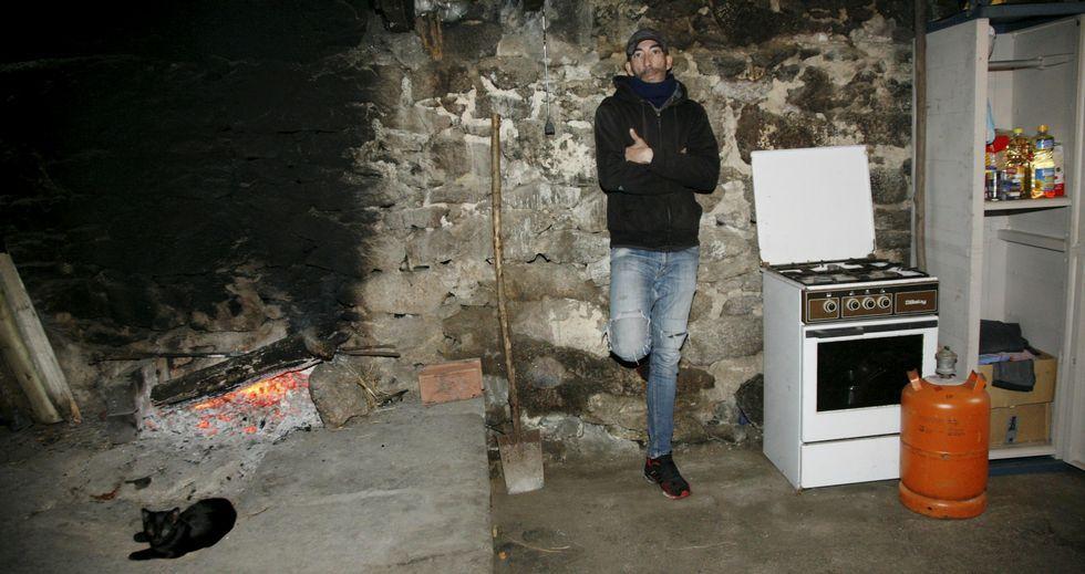 Roberto Rodríguez, en su casa de Aranga junto a la bombona comprada finalmente por el Ayuntamiento de Aranga.