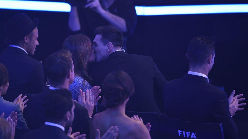 El beso de Messi y Antonella.