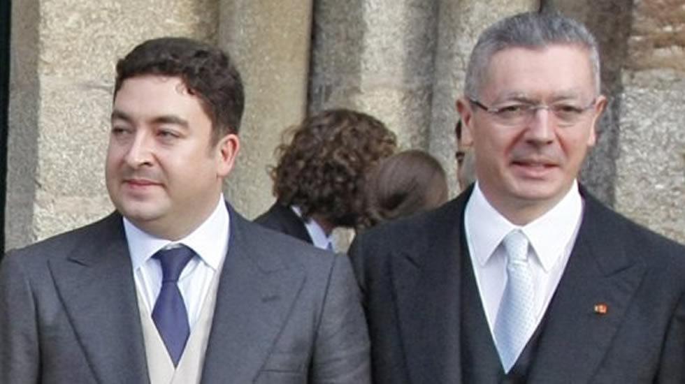 Alberto Ruiz-Gallardón junto a su padre, durante su boda en Santiago