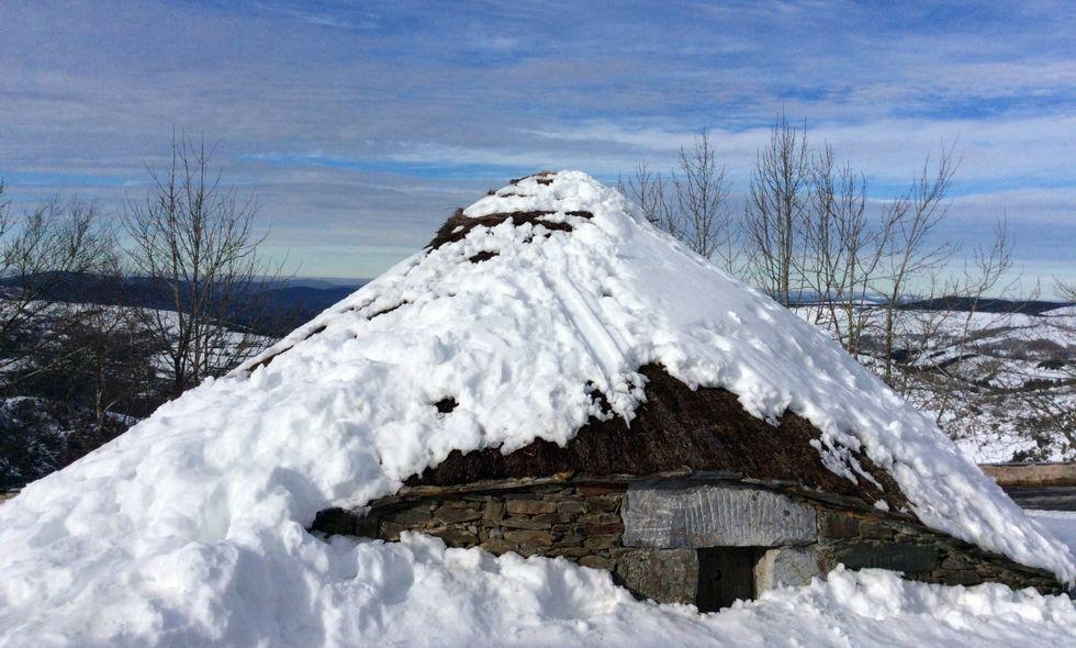 Huellas en el tejado de la palloza de Galán, en una nevada durante el pasado invierno en O Cebreiro.