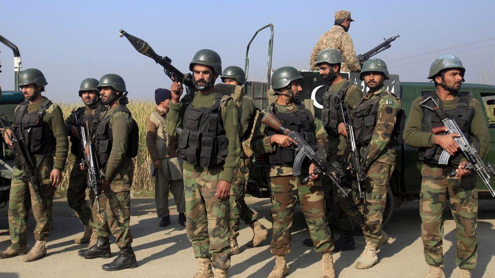 Los soldados paquistaníes llegan a la universidad de Bacha Khan, atacada por terroristas