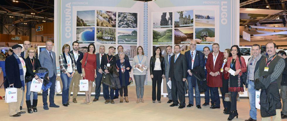 Una amplia representación de políticos y empresarios participó en la presentación del nuevo volumen de la guía «...E para comer Lugo».