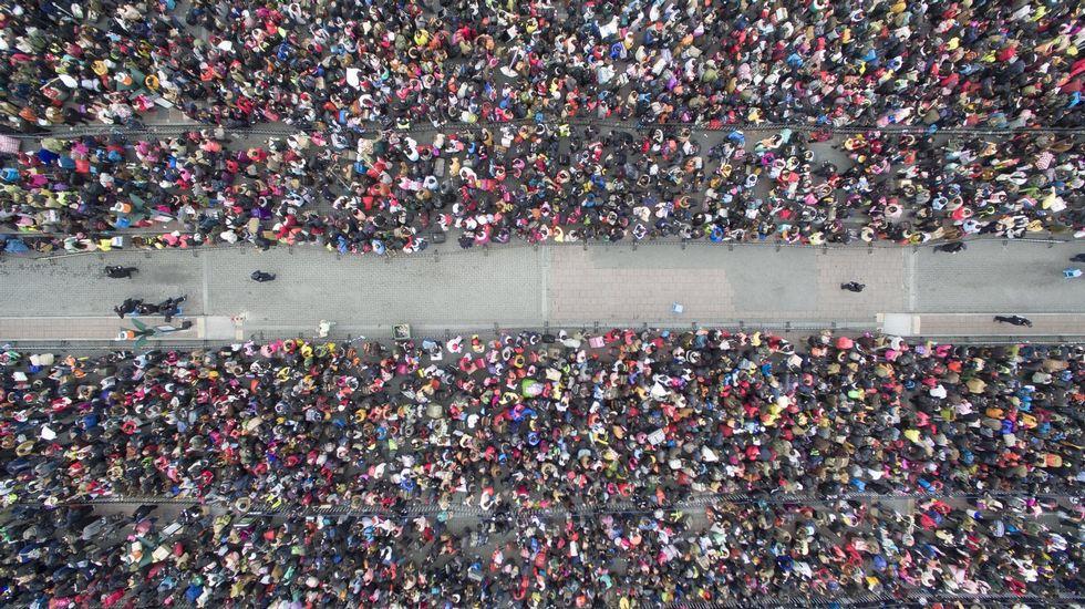 Multitudes en la estación de tren de Guangzhou