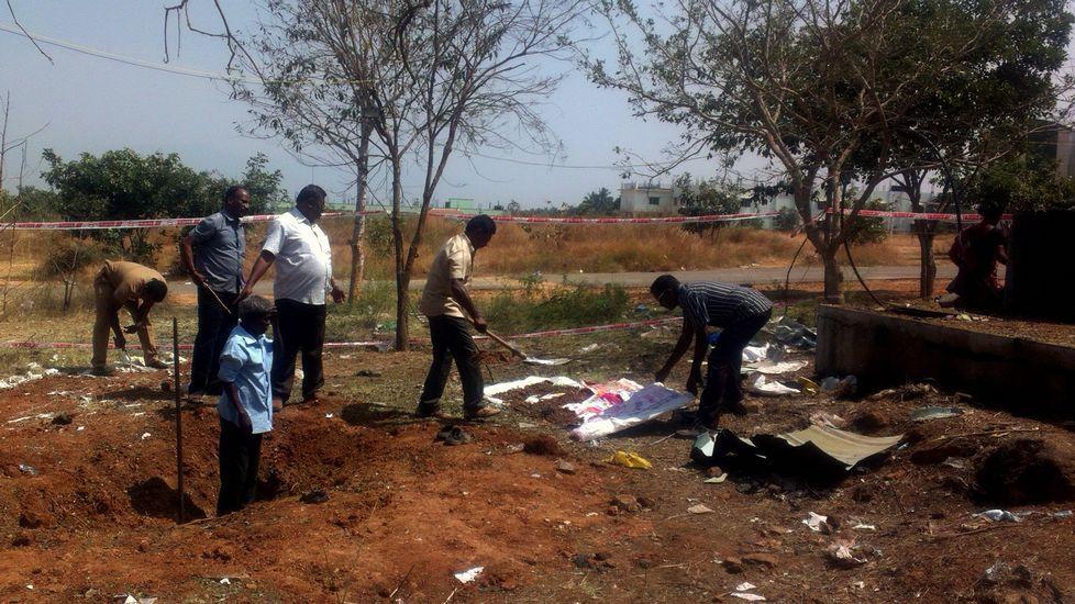 Autoridades indias inspeccionan el lugar en el que cayó el meteorito