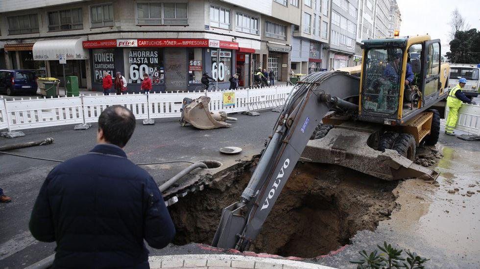 La avenida de Rubine de A Coruña permanece cortada al tráfico debido a un socavón y trabajos en la red de alcantarillado.