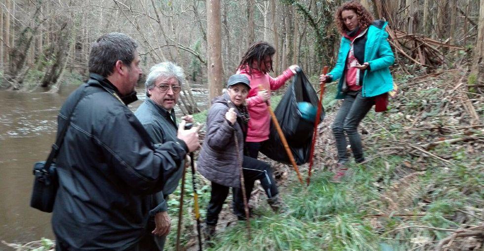 Quienes participaron ayer en la limpieza del camino y la orilla del río programan volver otro día.