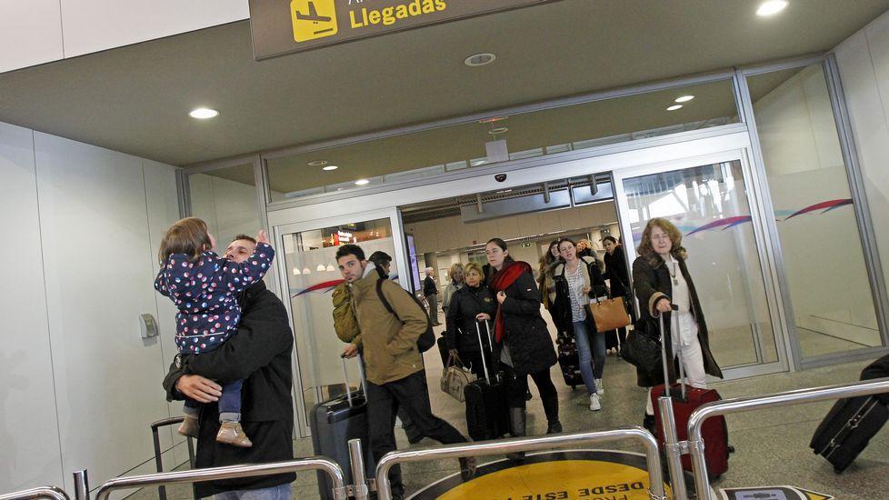 Parte del pasaje procedente de Barcelona llegó ayer a las 14.30 horas a Santiago.