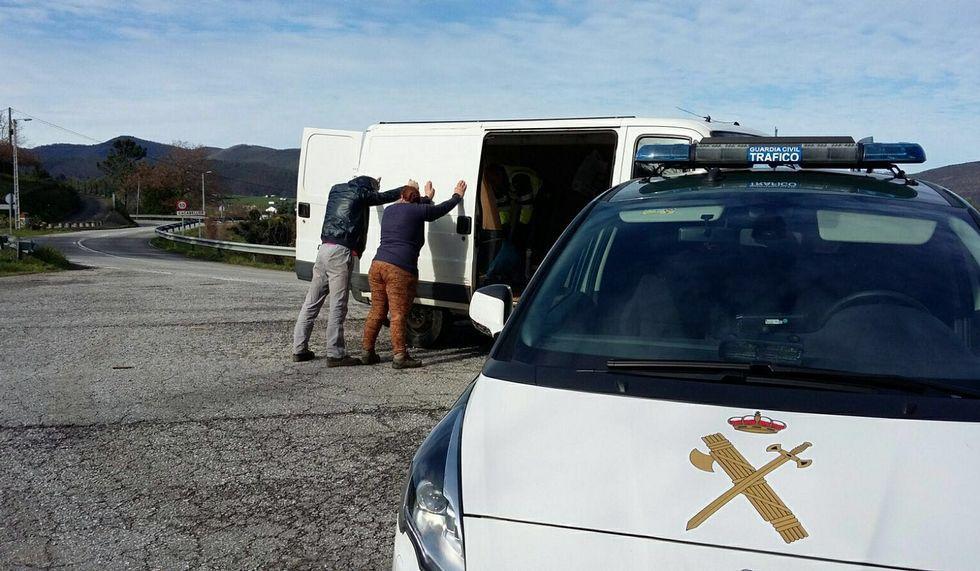 Momento de la detención de los dos individuos en Cacabellos, Navia.