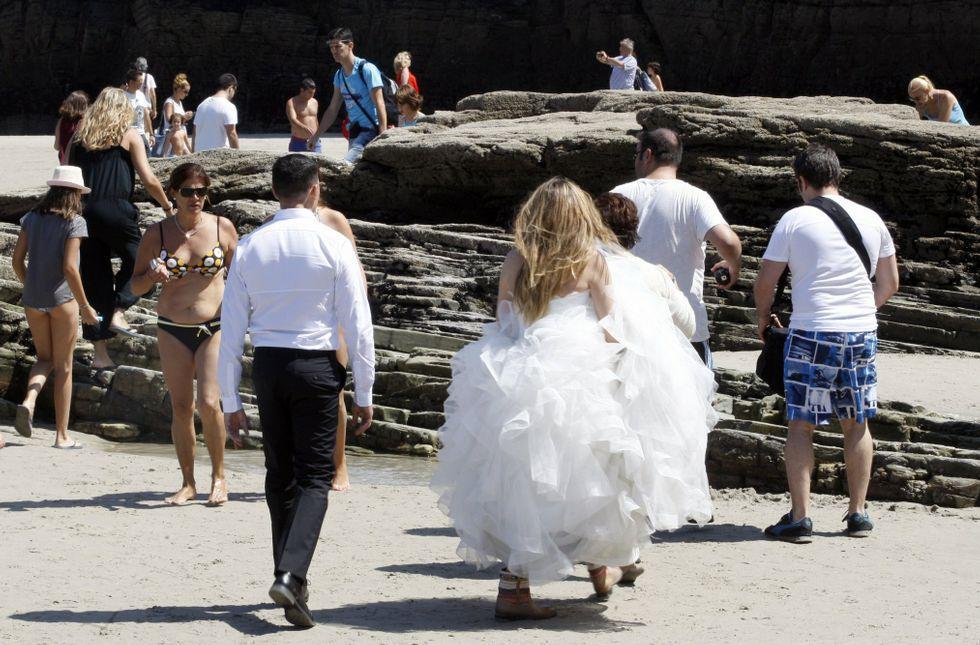 Cambian los hábitos y mudan las modas, y hay novios que quieren su foto en As Catedrais.