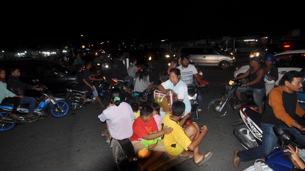 Habitantes de Padang buscan refugio en lo alto ante la alerta de tsunami