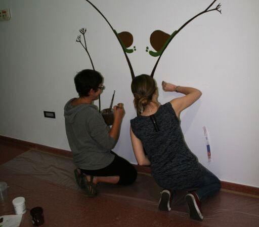 Aunque varía en cada proyecto, el proceso de creación de un mural sigue varios pasos comunes: la proyección de las siluetas de las figuras a pintar, su dibujo a lápiz sobre la pared, elección de los colores y aplicarlos con pinceles para rellenar las siluetas. En las fotografías se muestra parte del proceso de humanización de la planta de Neonatos del hospital de Ferrol. Ana Germade también diseñó y elaboró la de Urgencias de Pediatría del Álvaro Cunqueiro.