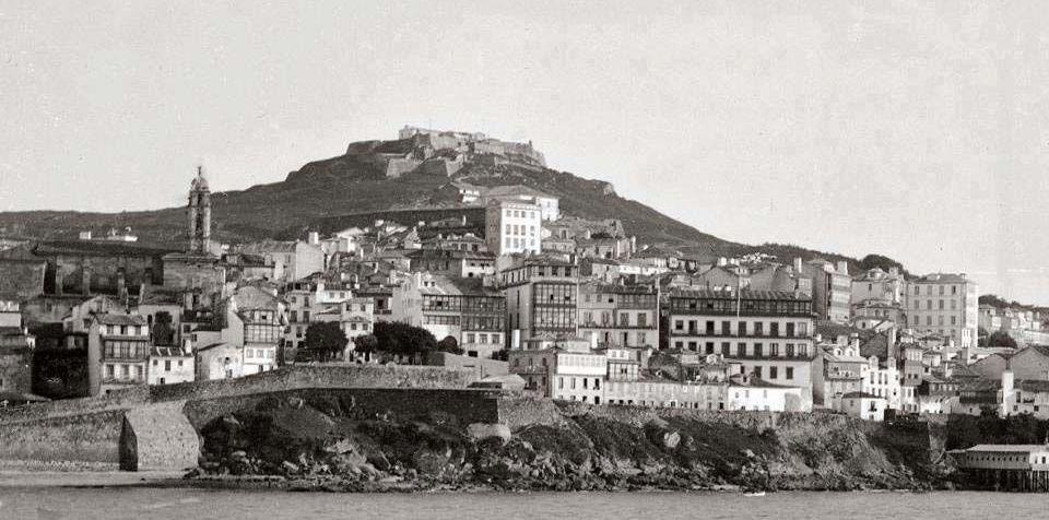 Aspecto de la ciudad a finales del siglo XIX, con un tramo de muralla.