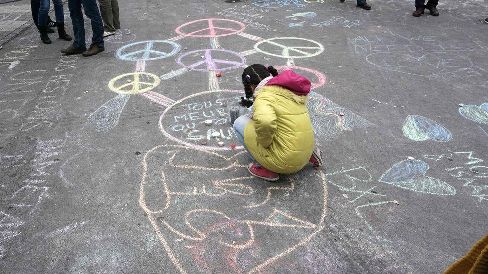 Una niña deja mensajes de paz en Bruselas