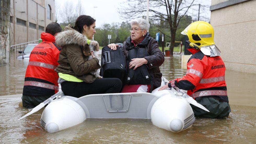 Desalojo de vecinos de Sada por las inundaciones.