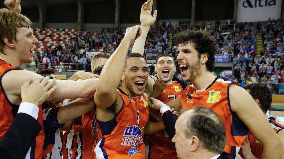 Los jugadores del Basquet Coruña celebran la victoria sobre el Breogán