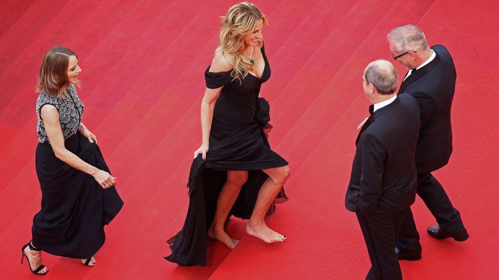 Julia Roberts sube descalza por la alfombra roja de Cannes seguida de Jodie Foster