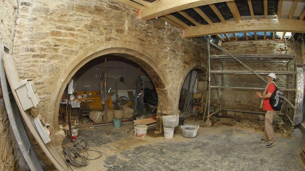 Investigan en santiago un claustro g tico escondido en una for Muebles compostela