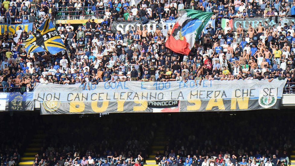 Resultado de imagen de pancartas en contra de Icardi
