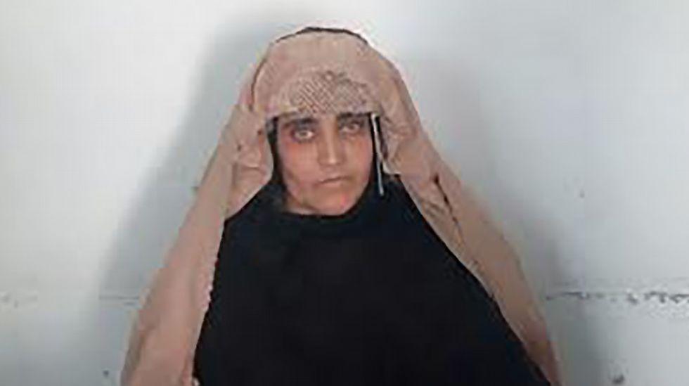 Detenida en Pakistán la niña afgana de los ojos verdes de «National Geographic»  Afp_20161026_095019728