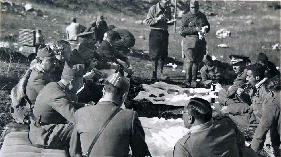 Franco y Aranda en una comida de campaña en Asturias en 1937
