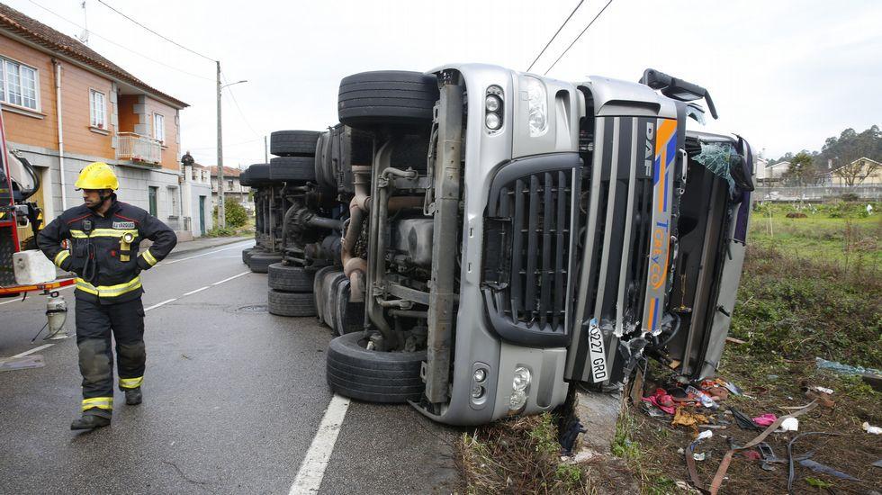 La conductora del camión que volcó en Tomeza tuvo mala suerte al quedar un brazo atrapado entre la chapa y el asfalto