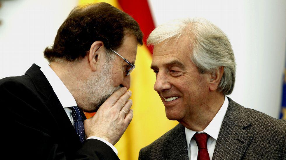 El presidente del Gobierno, Mariano Rajoy, charla con su homólogo uruguayo, Tabaré Vázquez, durante su visita a Montevideo